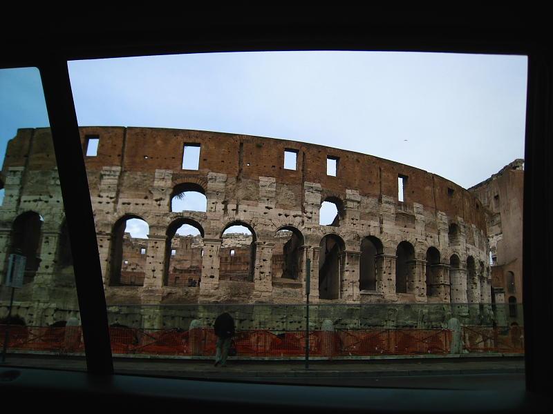 El Coliseo de Roma desde la ventanilla del taxi