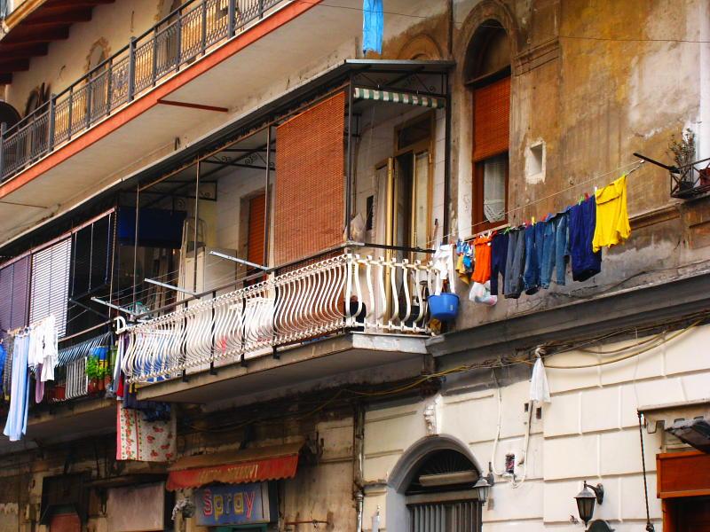 Ropa tendida en las calles de Nápoles