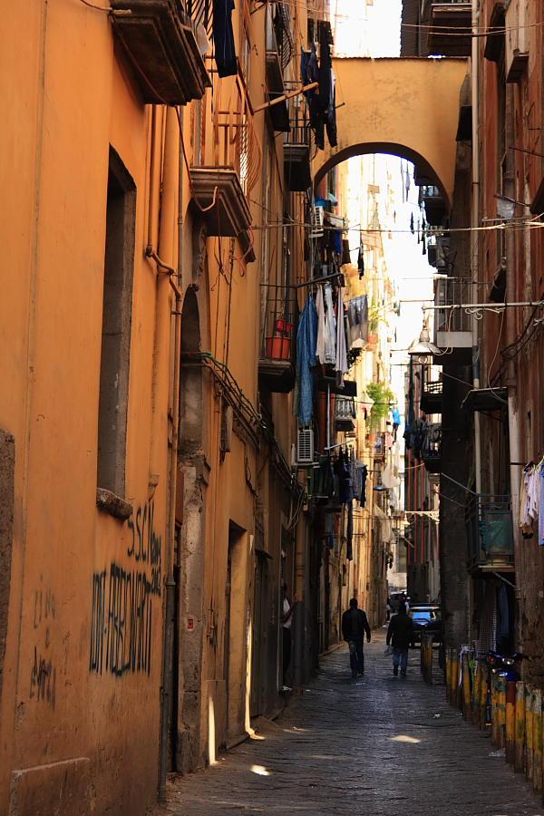 Vico tipico en el Decumano Maggiore de Nápoles