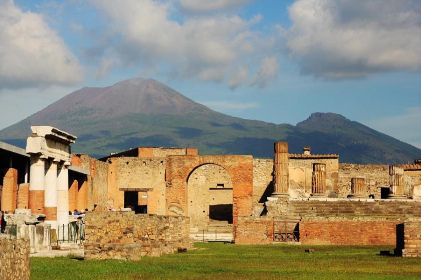 El foro de Pompeya con la ominosa presencia del Vesubio al fondo