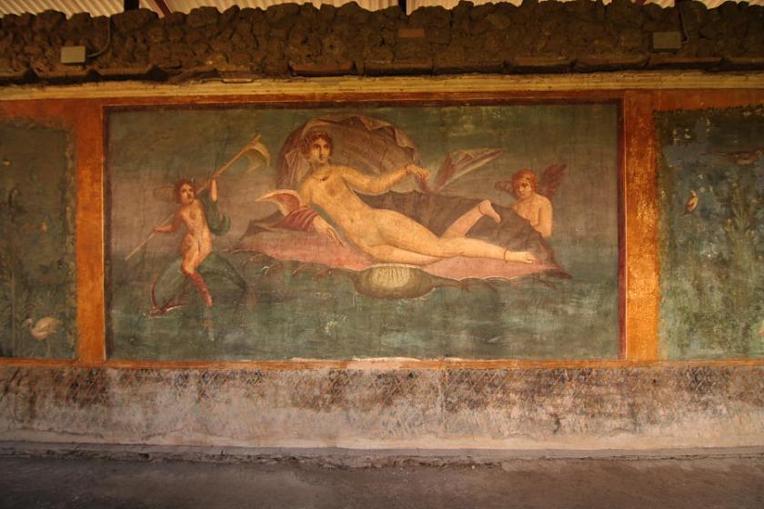 Todos buscando como locos las pinturas eróticofestivas