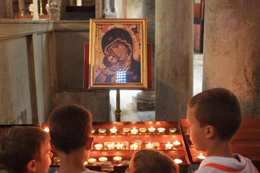 Niños y velas en Santa Maria in Cosmedin
