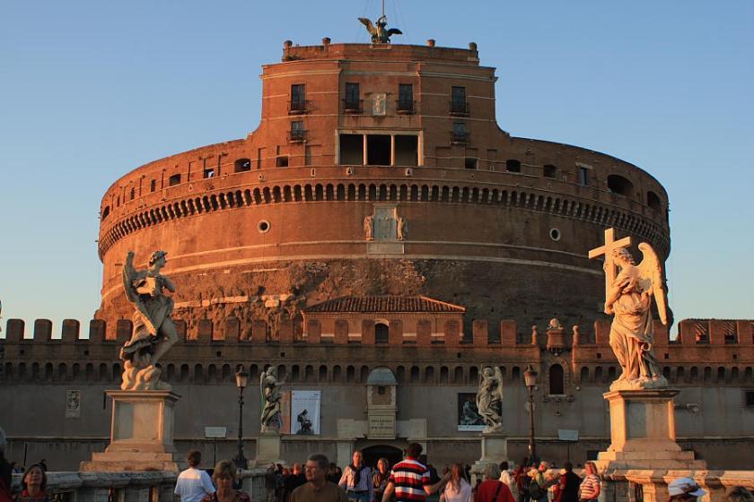 El atardecer cae sobre Castillo de Sant'Angelo