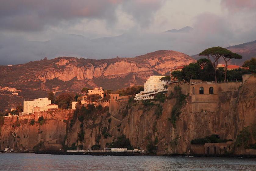 Los hoteles pijos de Sorrento sobre los acantilados en la orilla del mar