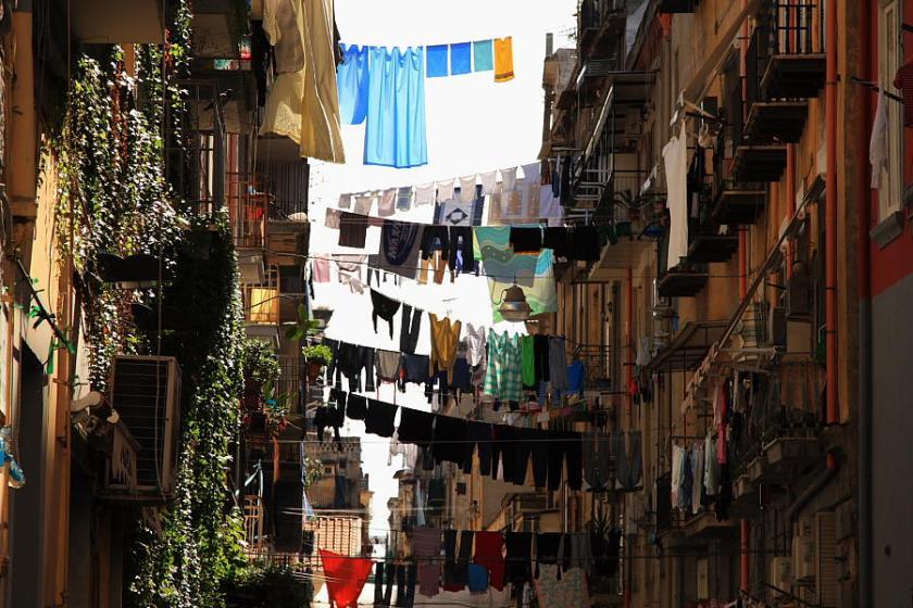 Ropa tendida en los vicos que desembocan en el Decumano Maggiore de Nápoles