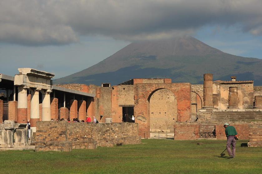 El Foro de Pompeya con el amenazador Vesubio al fondo