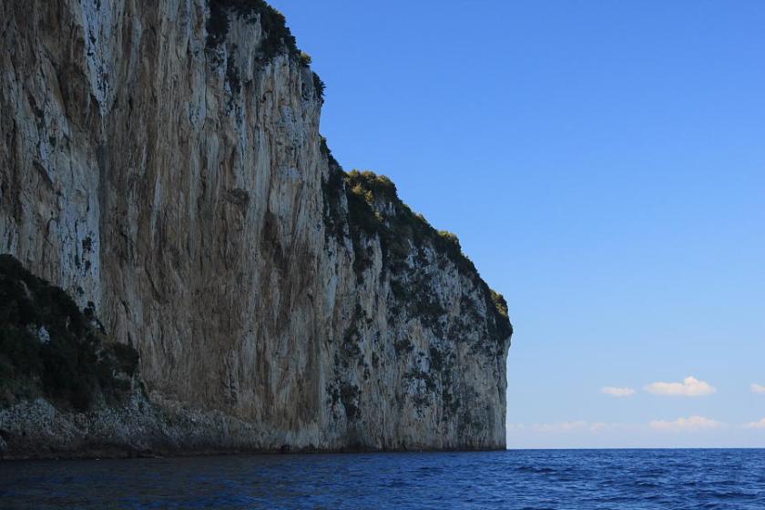 Navegando por la costa norte de la Isla de Capri