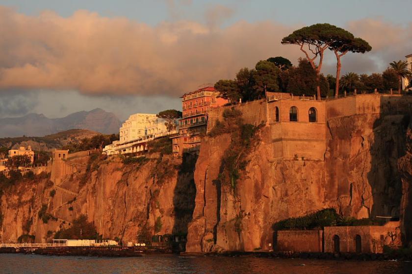Hoteles privilegiados con vistas al mar en los acantilados que limitan Sorrento con el mar