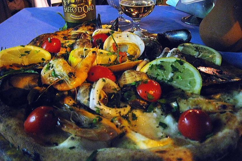 Pizza 'Iris 1' en una pizzeria anodina de Piazza Garibaldi en Napoles con abundancia de 'frutti di mare'