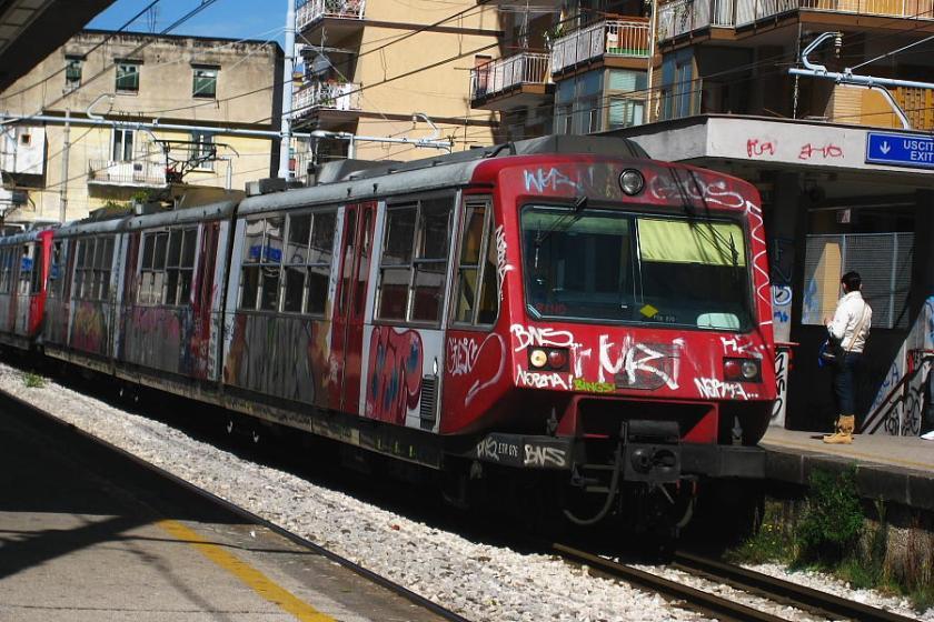 """Un """"treno"""" de la """"vesubiana"""" entra en la estación de Ercolano"""