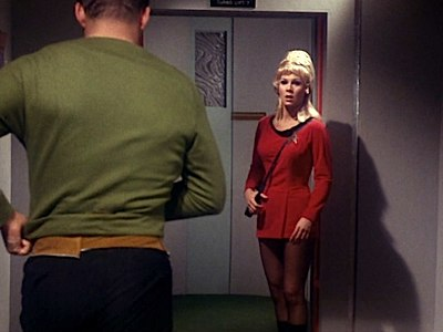 Siempre cuidadosa con su marcial uniforme,... con su minifalda, sus medias negras...