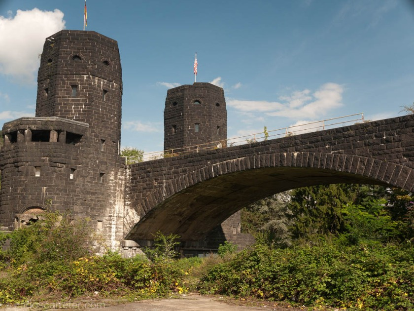 La idea inicial era seguir en Bonn. Pero como quedaba mucho día, hemos llegado hasta Remagen donde, después de comer algo, hemos visitado los restos del famoso puente que fue tomado entero por los americanos en marzo de 1945. Hay una película al respecto. El puente, no obstante, se hundió días más tarde, y sólo quedan los pilares de entrada en cada ribera. Y en ellos, unos museos que recuerdan el lugar.