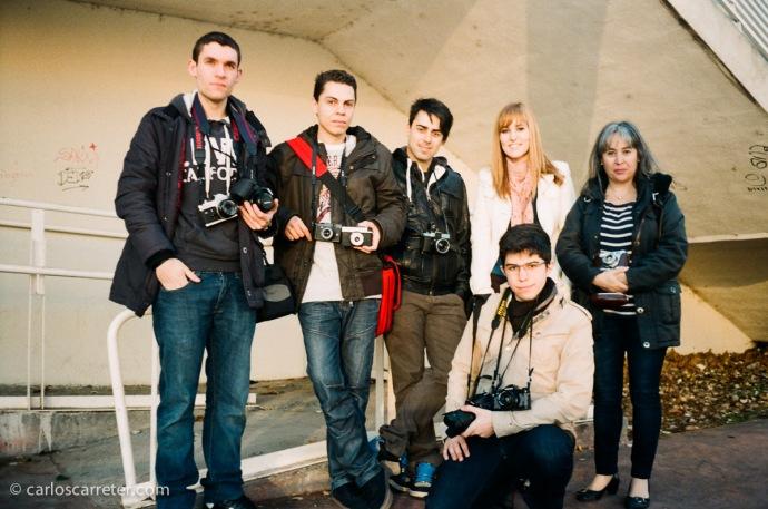 Grupo de Fotógraf@s en Zaragoza, experimentando con la fotografía tradicional sobre película fotosensible. Fotografía tomada con una Minox 35 GT-E sobre negativo en color.