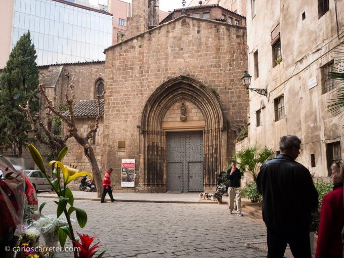 Primeros de marzo, y después de dos meses atascado en Zaragoza, una escapada a Barcelona que debía desde hace tiempo me vino de perlas. En la foto, la iglesia de Santa Ana.