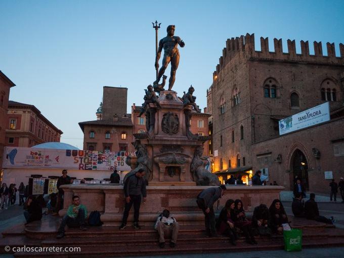 En ese viaje, estuve alojado en la bulliciosa pero bella ciudad de Bolonia, donde cada tarde abundante gente se daba cita en las piazzas de Nettuno y Maggiore.