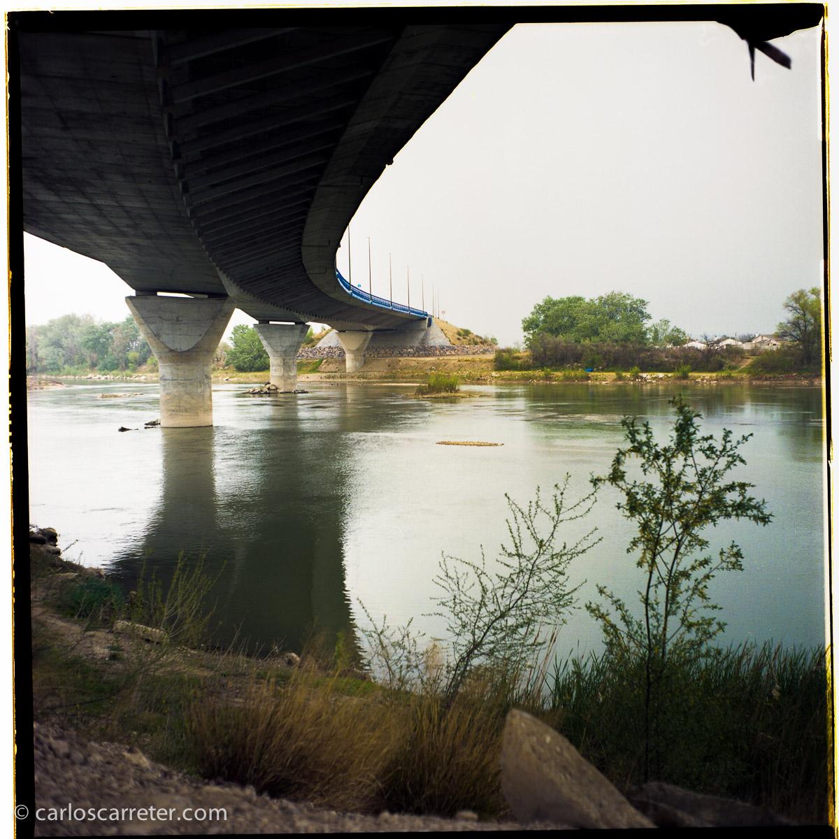 Puente del Cuarto Cinturón sobre el Ebro, cerca de La Cartuja Baja. Fotografía tomada con la Yashica Mat 124G sobre negativo en color.