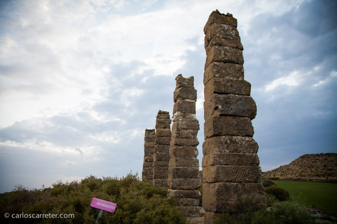 En mayo, cojo el coche, de lo poco que lo he cogido este año de abril a esta parte, y me acerco a las Cinco Villas para conocer el sitio arqueológico de Los Bañales.