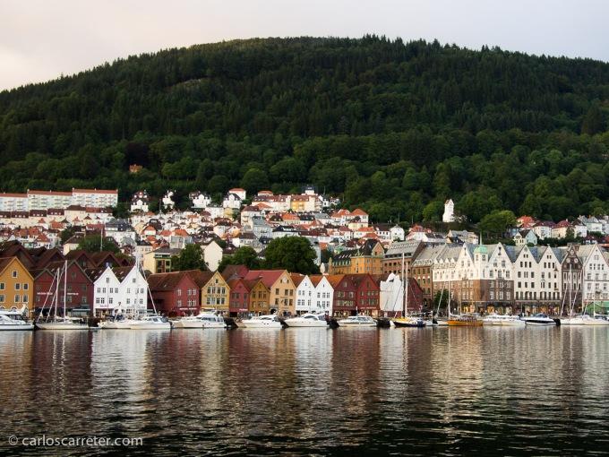 O también patrimonio de la humanidad por la UNESCO, el barrio de los muelles, Bryggen, en la costera ciudad de Bergen.