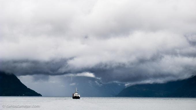O el gran fiordo de Hardanger, que nos acogió con una mezcla de nubes, nieblas y ratos de sol.
