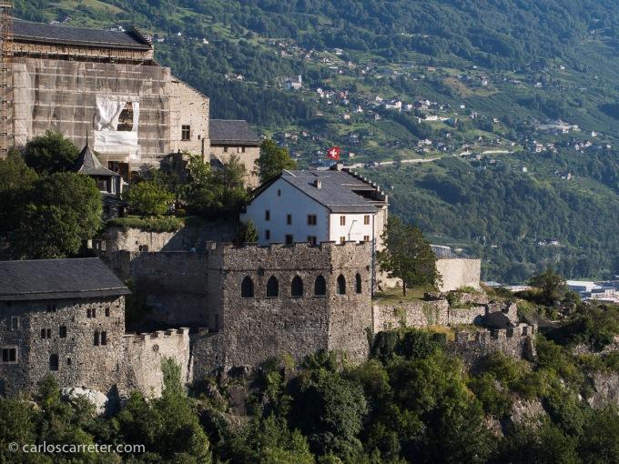 Nos despedimos en la ciudad de Sion, protegida por sus castillos y fortalezas. No dejan de dejarme una cierta melancolía aquellas despedidas.