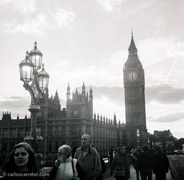El puente y el palacio de Westminster, Londres. Fotografía tomada con la Zeiss Ikon Ikonta b sobre negativo en blanco y negro cromogénico.