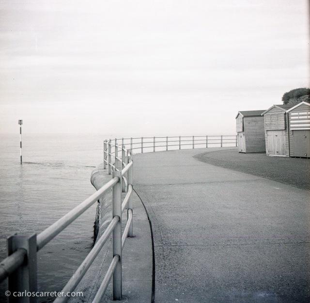 Paseando a la orilla del mar del Norte en Margate, Inglaterra. Fotografía tomada con la Zeiss Ikon Ikonta b sobre negativo en blanco y negro cromogénico.
