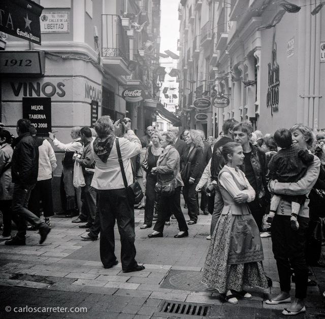 Ambiente festivo un día del Pilar en el Tubo de Zaragoza. Fotografía tomada con la Zeiss Ikon Ikonta b sobre negativo en blanco y negro cromogénico.