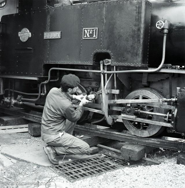 Algunos ajustes de mantenimiento en la locomotora antes de ponerla en servicio. Fotografía tomada con una Yashica Mat 124G sobre negativo en blanco y negro cromogénico.
