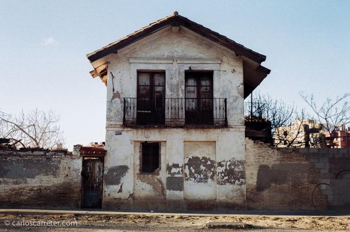 Vieja casona en el Paseo del Canal de Zaragoza. Fotografía tomada con Minox GT-E sobre negativo en color.