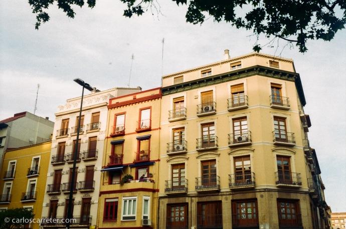 Plaza de San Miguel de Zaragoza. Fotografía tomada con Minox GT-E sobre negativo en color.