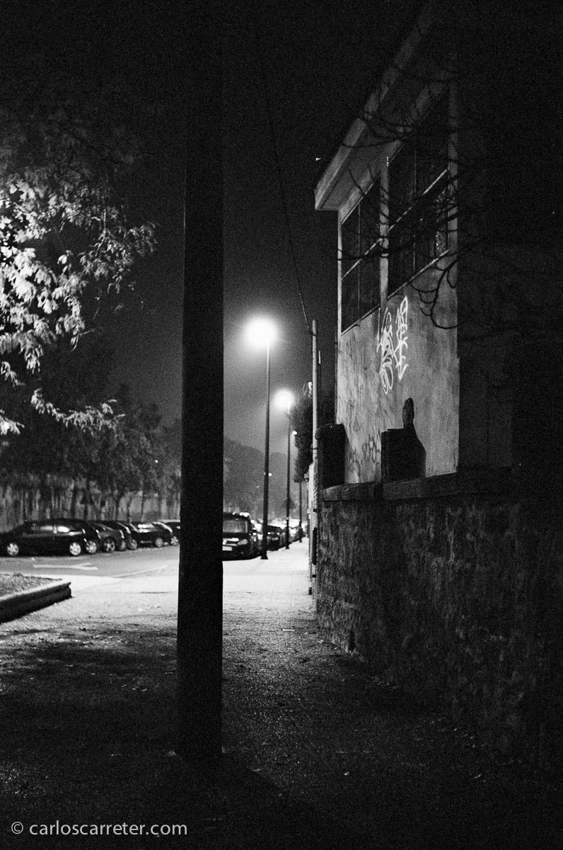 Probando las capacidades de las viejas cámaras para sostener el tipo en la escasa luz de la madrugada en el paseo de Ruiseñores. Fotografía tomada con la Leica IIIf y Elmar 5 cm 1:3,5 sobre negativo en blanco y negro cromogénico.