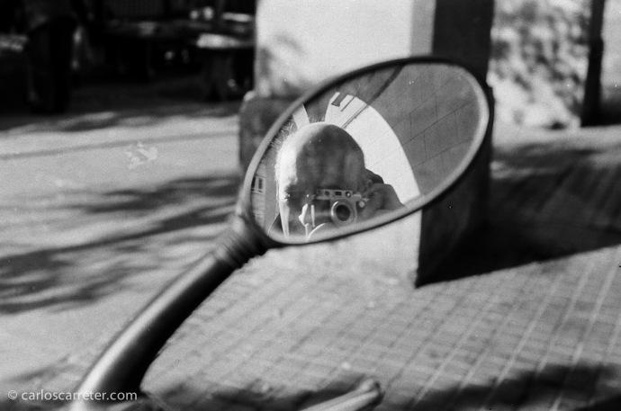 Autorretrato en la plaza de San Francisco. Fotografía tomada con la Leica IIIf y Elmar 5 cm 1:3,5 sobre negativo en blanco y negro cromogénico.