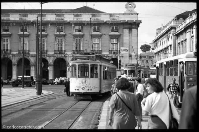 Lisboa, la praça do Comércio, en blanco y negro, de acuerdo al filme que hoy nos interesa.