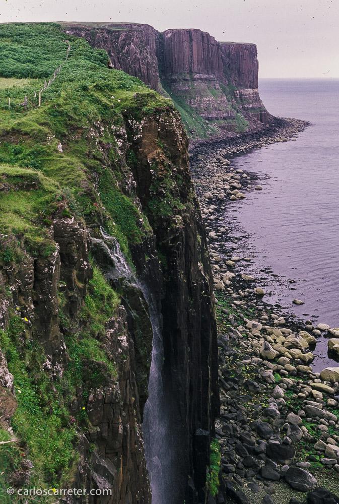 """Por un momento, durante la visión de la película me queda la sensación de que también han cambiado los paisajes de Hawai por los de Escocia, en lo que se refiere a la """"isla grande"""". En la foto, por ejemplo, algunos acantilados en la isla de Skye."""