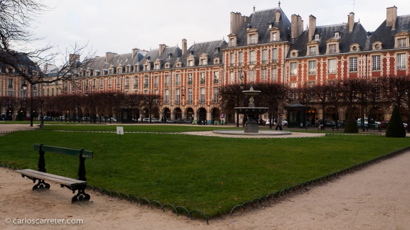 Sigo sin haber viajado a Nueva York, así que me quedaré en el lado parisino de la historia, en la plaza de los Vosgos. Hermosísima plaza en el Marais parisino.