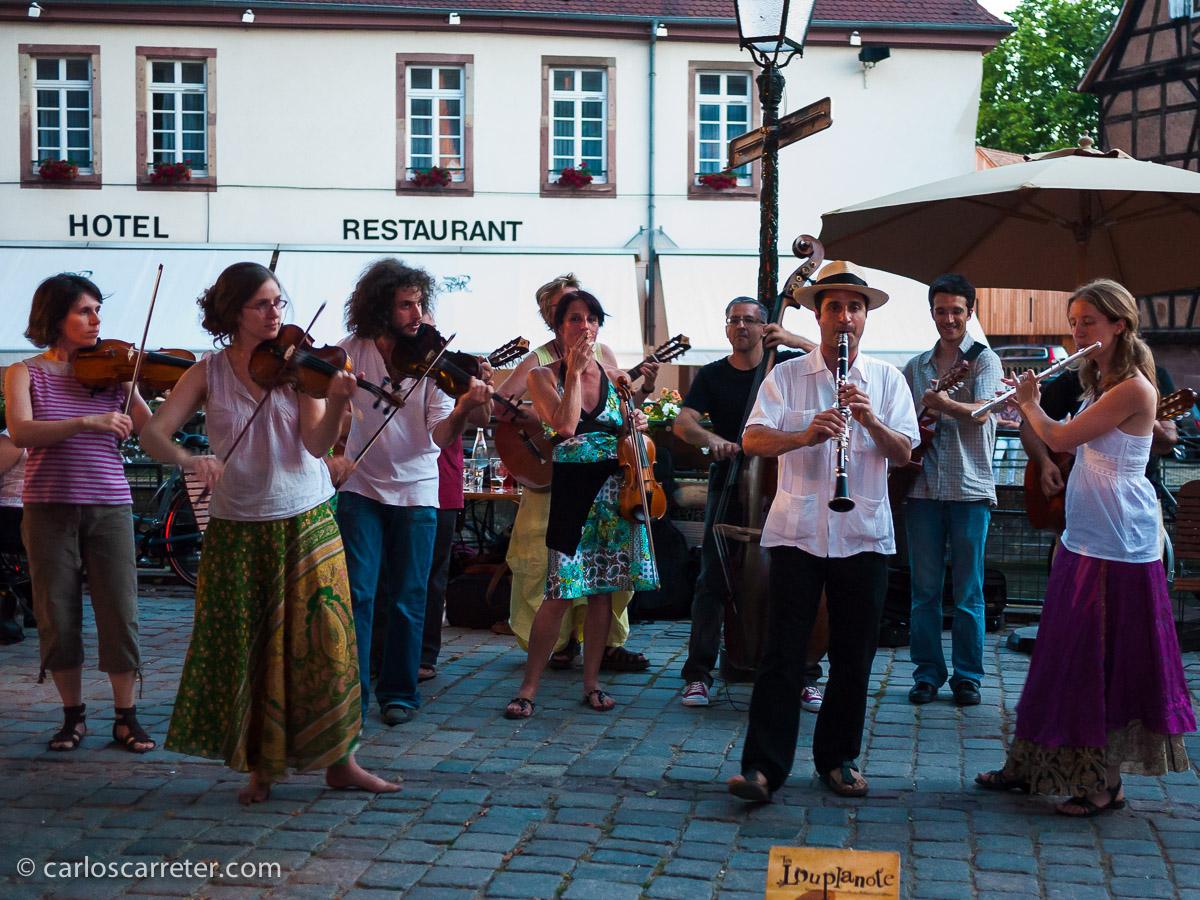 "2010 - Grupo musical folclórico en la ""Petite France"" de Estrasburgo (Francia)"