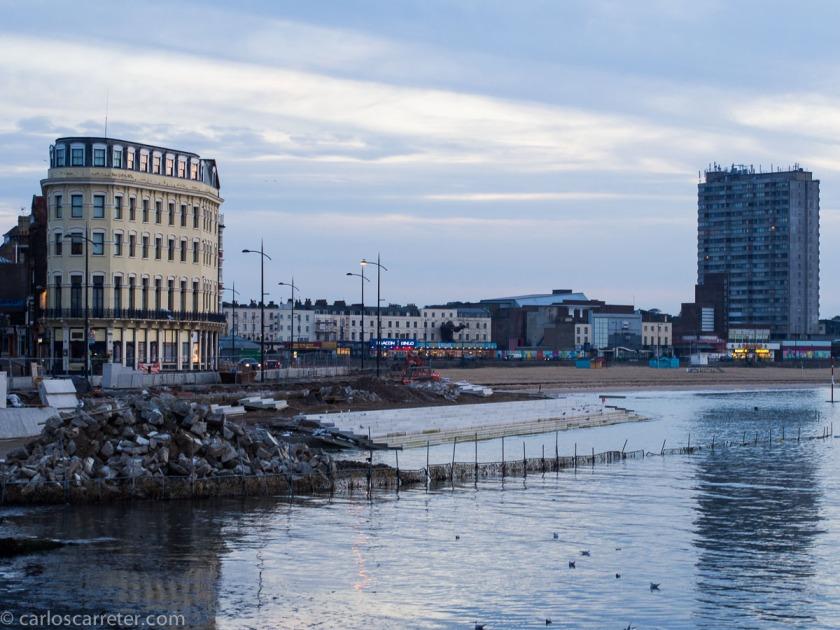 El puerto y la playa de Margate, junto con algunos horrores arquitectónicos, al atardecer.