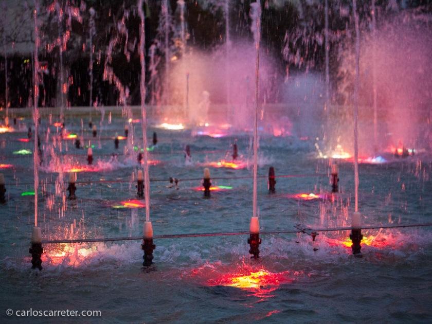 Abandonamos el parque cuando ya anochece, observando un rato los juegos de luces de las fuentes. Siempre da de sí el Parque Grande de Zaragoza si llevas un cámara de fotos contigo.