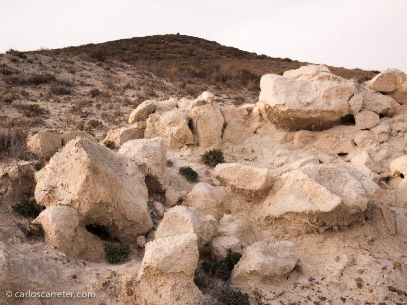 Hoy opto por acompañar la entrada con los áridos paisajes de los montes de yeso y alabastro en la  ribera baja del Ebro.