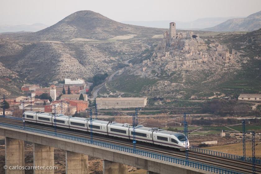 El tráfico de trenes es frecuente, y tenemos ocasión de fotografiar varios de ellos, con el valle y el pueblo de fondo.