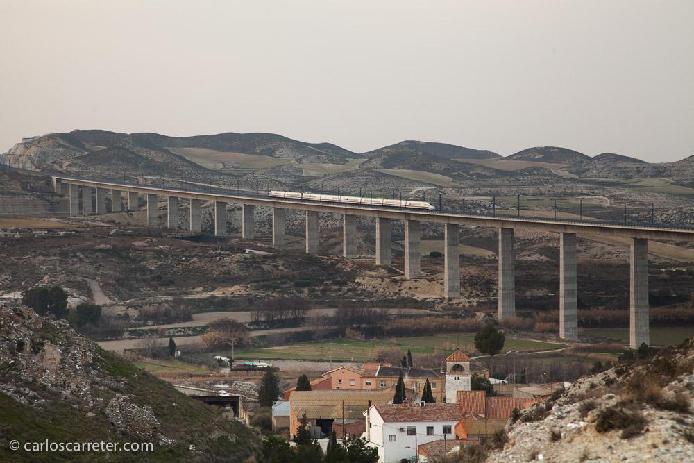 Situados ya en las cercanías del pueblo viejo de Rodén, se puede apreciar con más claridad las dimensiones del viaducto ferroviario que cruza el valle.