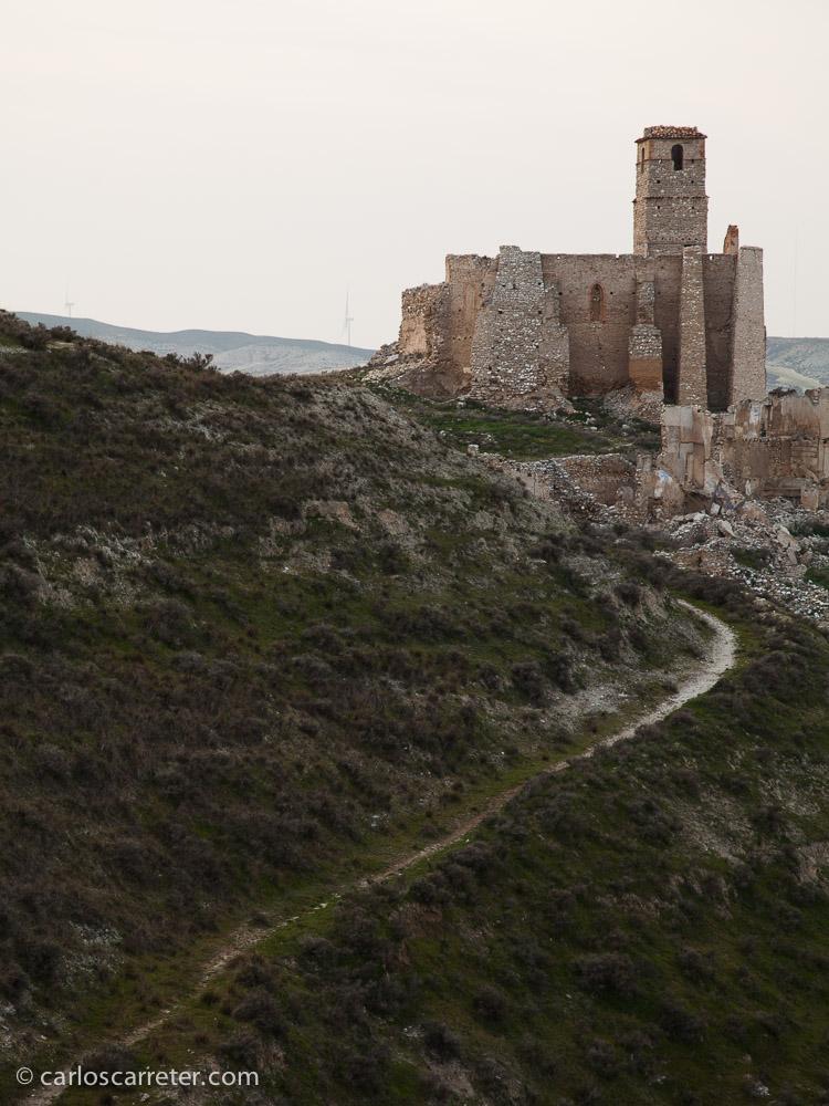 Nos acercamos al pueblo viejo desde la parte de atrás del cerro en el que se sitúa, por una senda que nos llevará hasta la iglesia en ruinas.