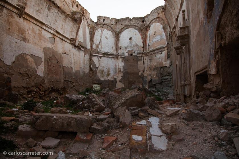 La iglesia perdió su techo hace tiempo pero podemos apreciar cual era su planta y su forma general.