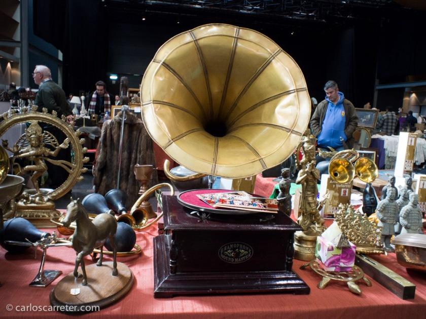 Ya me extraña más que hayan sido escuchadas muchas bandas sonoras en gramófonos como este. Ambas fotografías tomadas este fin de semana en la feria de antigüedades en Zaragoza.