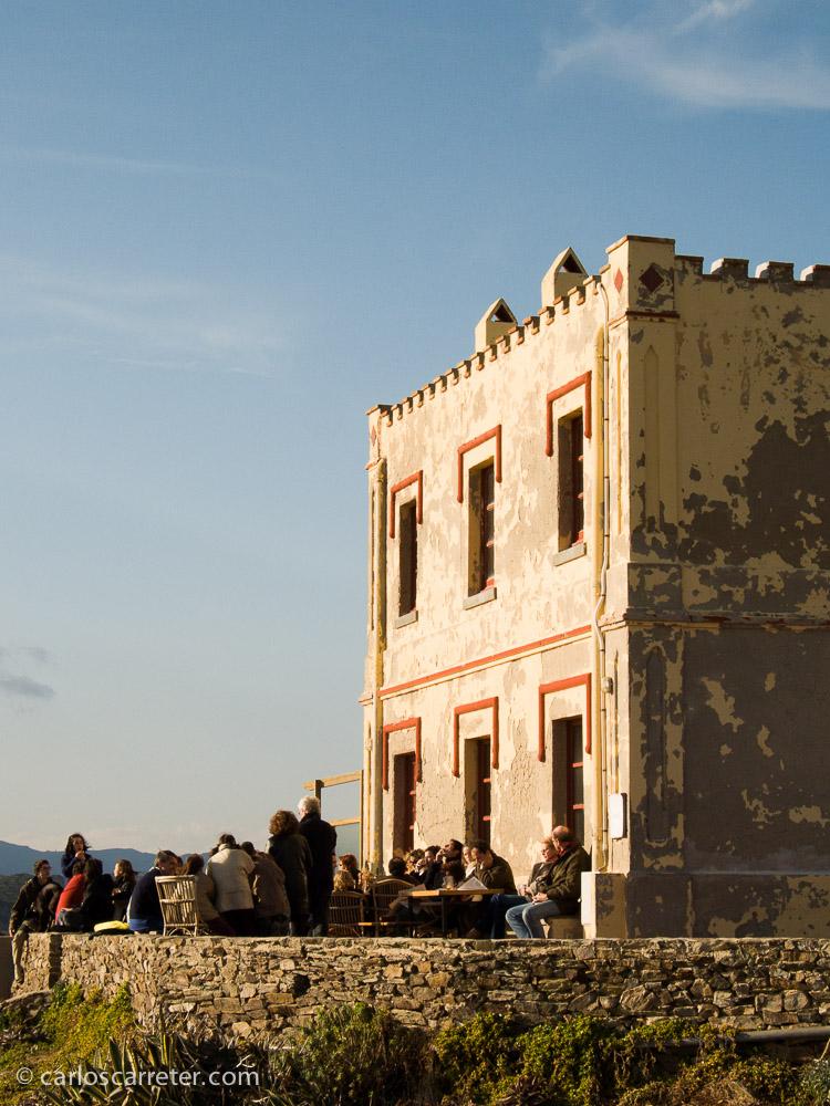 Tomando unos chismes en el cabo de Creus, España, a la caída de la tarde, en un agradable día de diciembre de 2004.