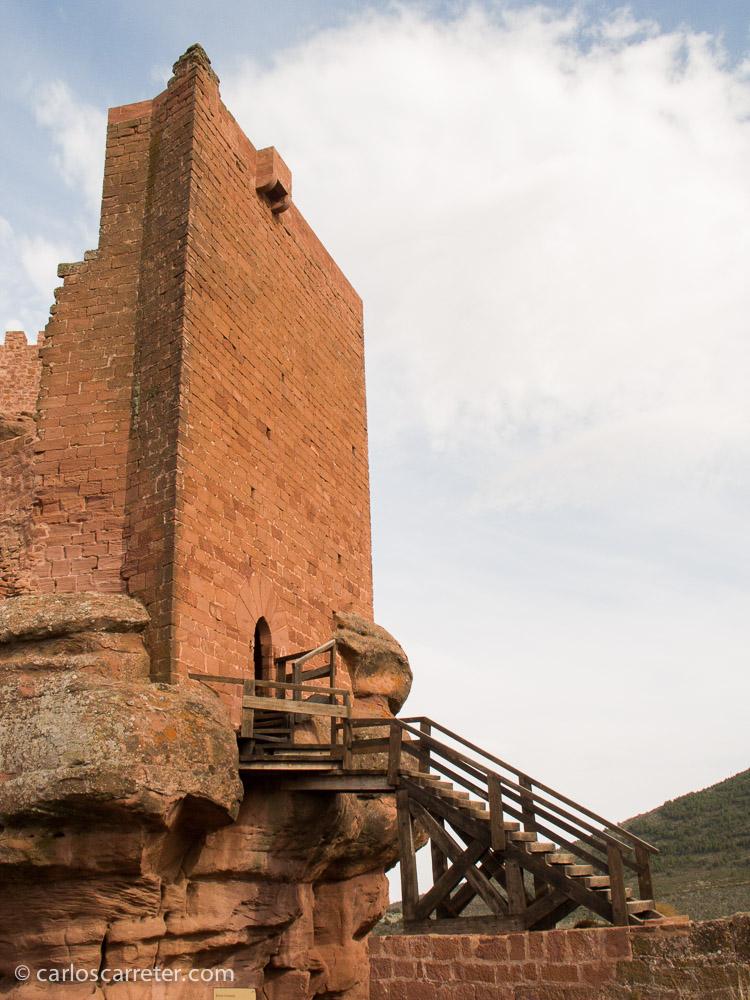 Accediendo al castillo de Peracense, Aragón (España), en abril de 2005.