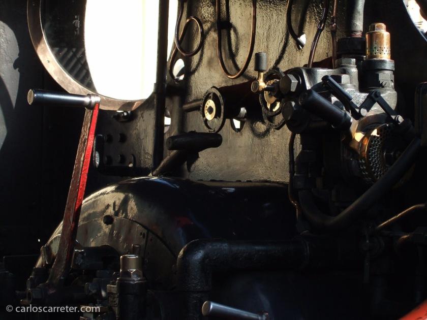Cabina de una locomotora de vapor en Llanfair.