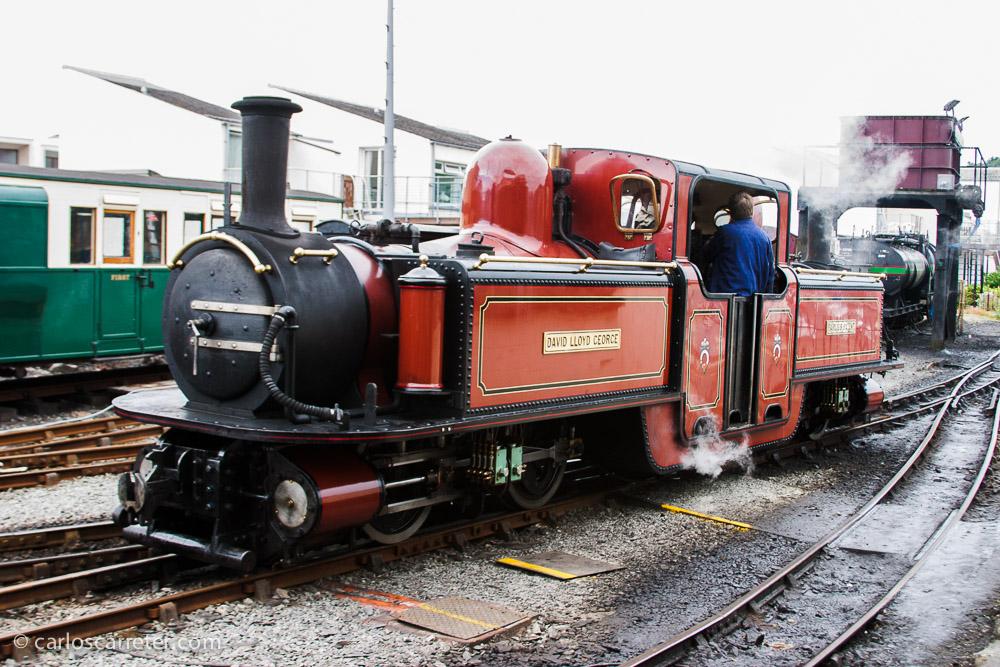 Quien conozca la historia de la trágica Karenina, sabrá del papel que desempeñan en la misma las locomotoras de vapor. Algo más grandes que esta que encontramos en Porthmadog, País de Gales.