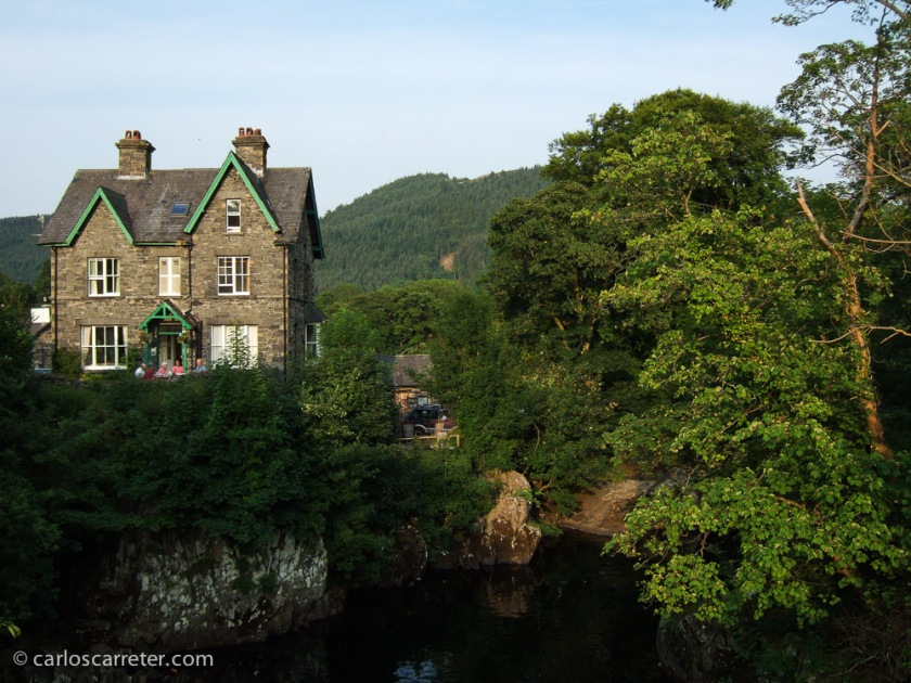 Me pongo de parte de Gales, y dedico la foto de la entrada a los bellos paisajes de Snowdonia, en el norte del país, en Betws-y-Coed.