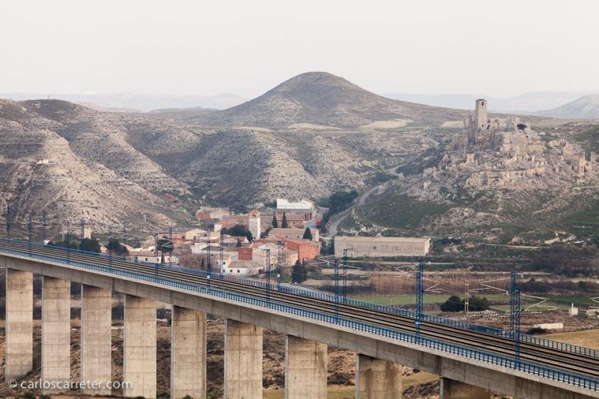 Quizá los elementos más característicos del paisaje son el viaducto del AVE, y el pueblo viejo abandonado. Pero no son los únicos.